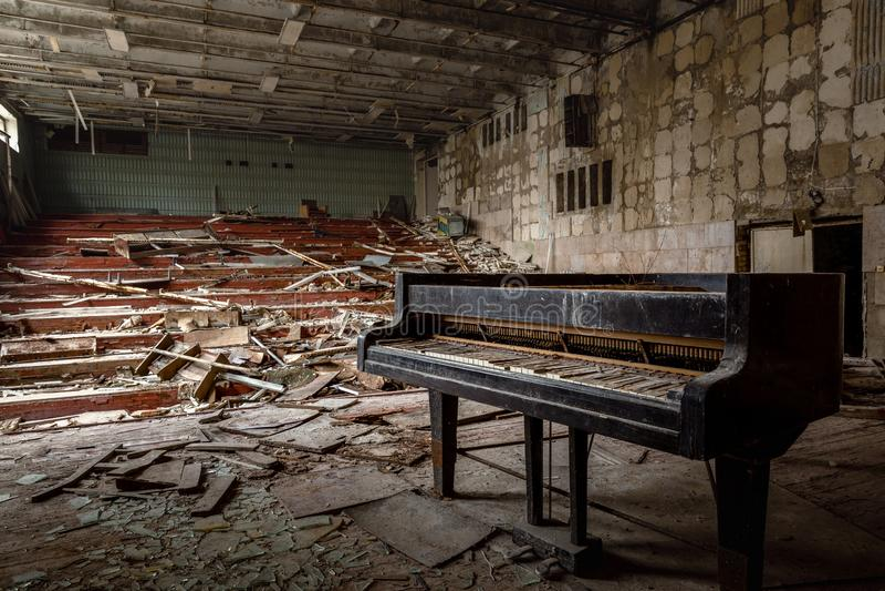 Grote verlaten muziekzaal in Pripyat, de Uitsluitingsstreek 2019 van Tchernobyl stock foto's