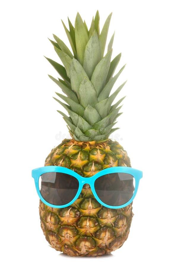 Grote verse rijpe fruitananas in zonnebril op een wit geïsoleerde achtergrond De zomerfruit royalty-vrije stock afbeeldingen