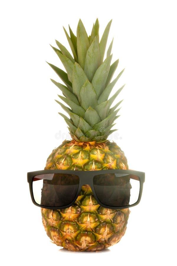 Grote verse rijpe fruitananas in zonnebril op een wit ge?soleerde achtergrond De zomerfruit royalty-vrije stock foto's