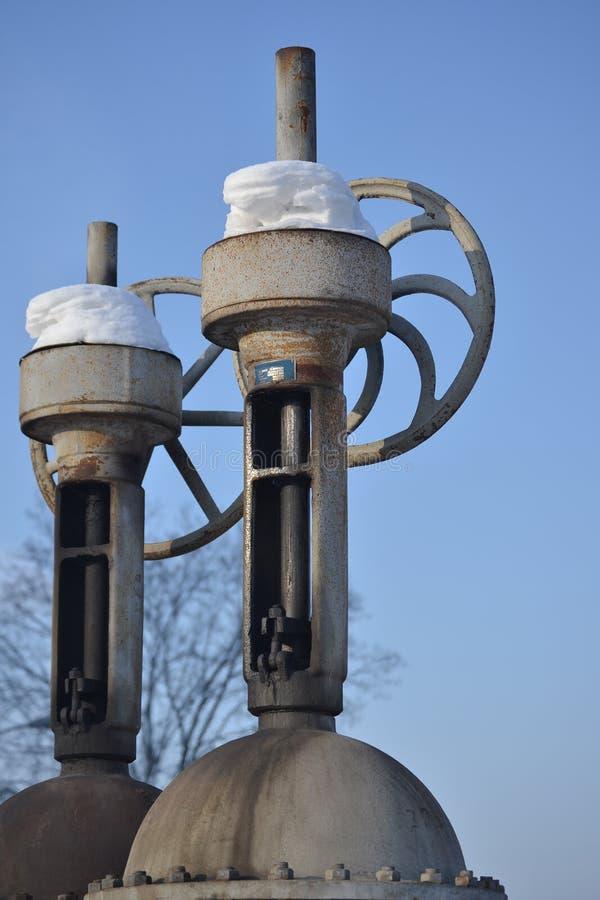 Grote verticale klep, klep op de pijpleiding Industriële klep in een groot systeem Rusland stock afbeeldingen