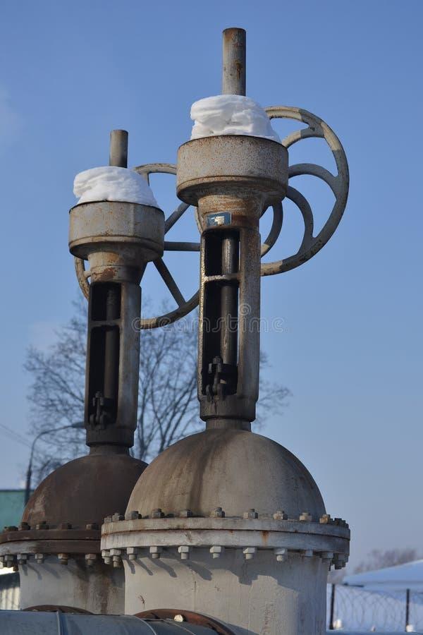 Grote verticale klep, klep op de pijpleiding Industriële klep in een groot systeem Rusland stock fotografie