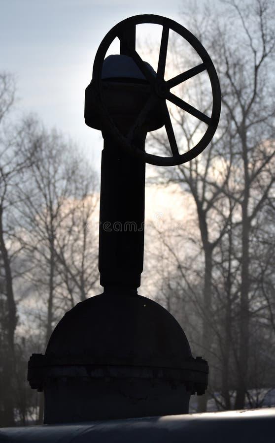 Grote verticale klep, klep op de pijpleiding Industriële klep in een groot systeem Rusland stock foto's