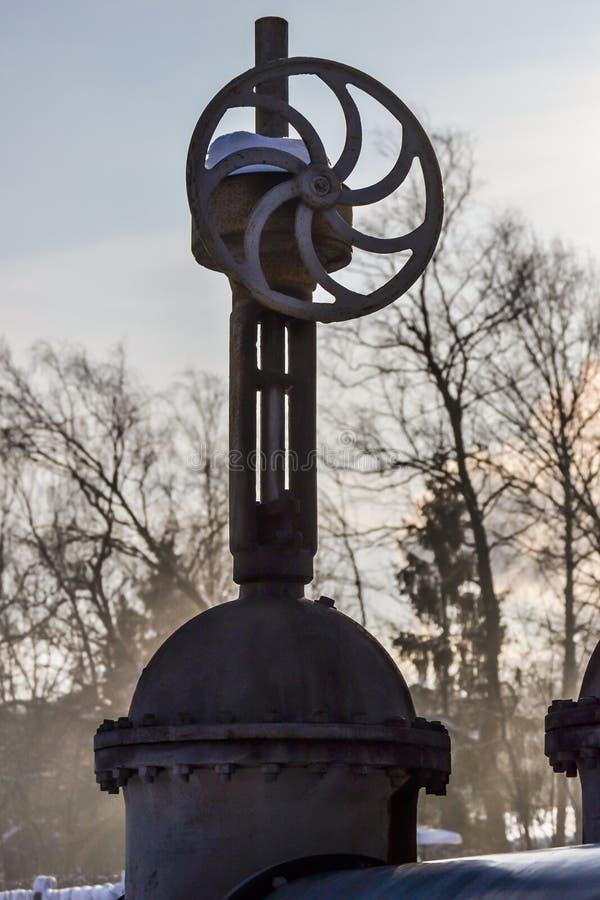 Grote verticale klep, klep op de pijpleiding Industriële klep in een groot systeem Rusland royalty-vrije stock afbeeldingen