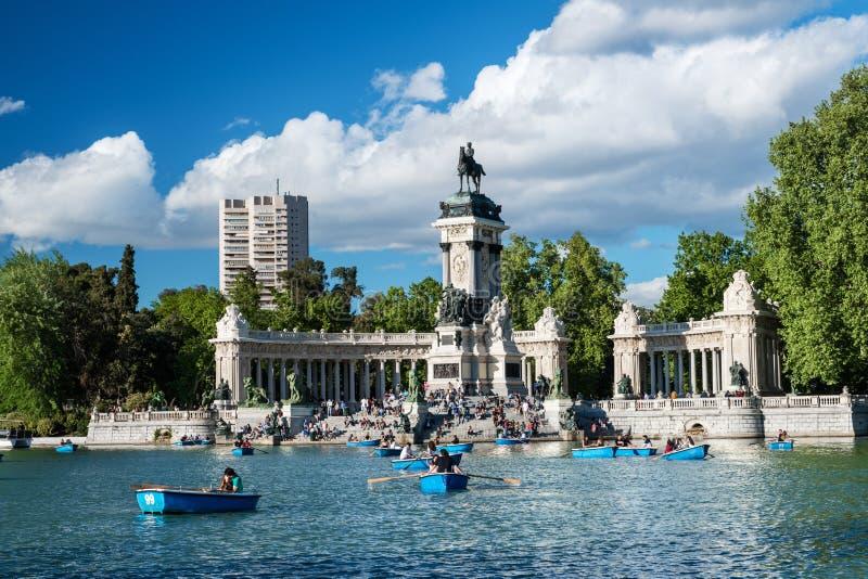 Grote vijver in Parque del Retiro in Madrid royalty-vrije stock afbeelding