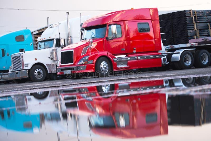 Grote vlakke het bedaanhangwagen van de installatie moderne semi vrachtwagen met lading op parkeren royalty-vrije stock afbeeldingen