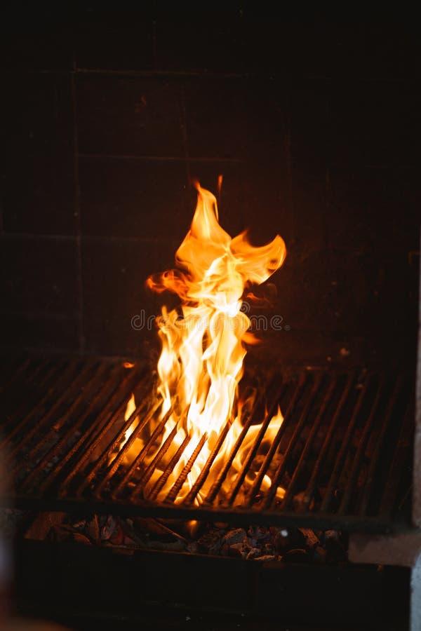 Grote vlam van barbecue stock foto