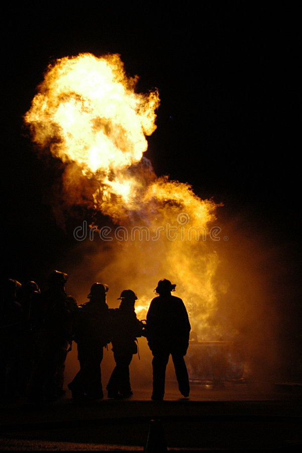 Grote vlammen en brandbestrijders royalty-vrije stock afbeelding