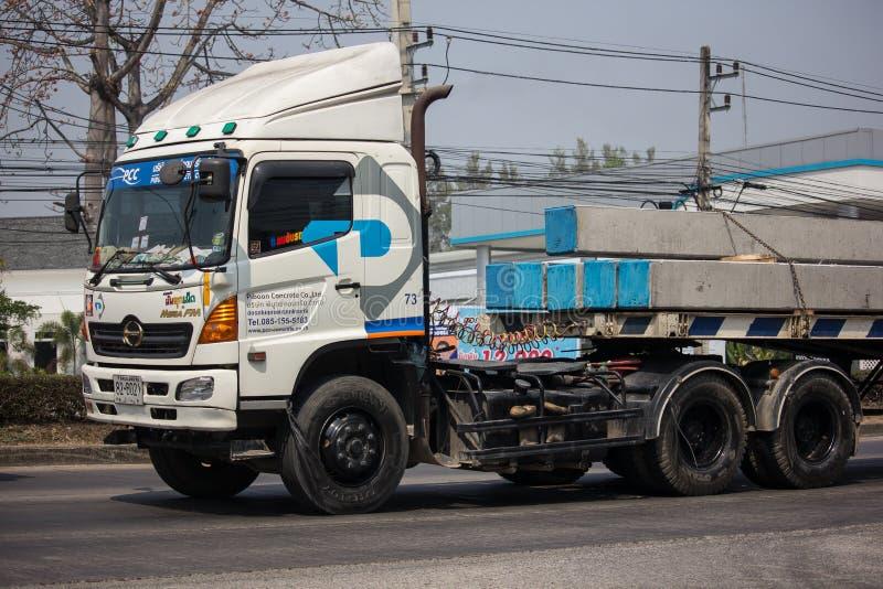 Grote Vrachtwagen met Kraan van Piboon-Beton royalty-vrije stock afbeeldingen