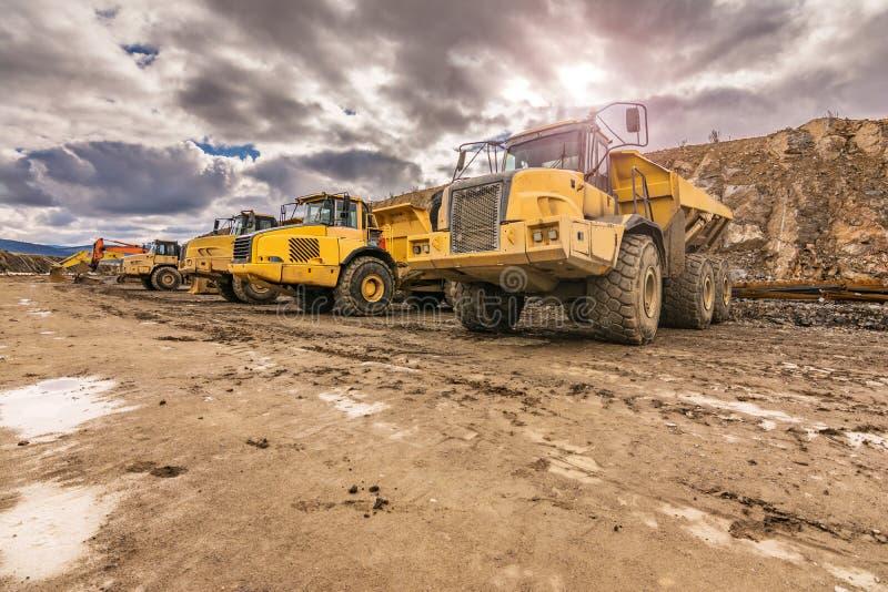 Grote vrachtwagens in een open kuilmijn royalty-vrije stock afbeelding