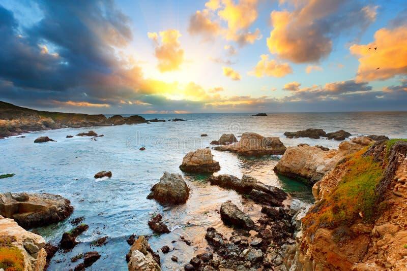 Grote Vreedzame Oceaankust Sur bij zonsondergang stock foto