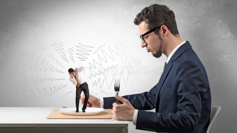 Grote werkgever die kleine doen schrikken werknemer eten royalty-vrije stock afbeeldingen