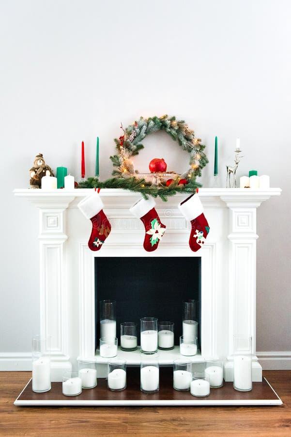 Grote witte die open haard met vele kaarsen wordt verfraaid royalty-vrije stock foto's