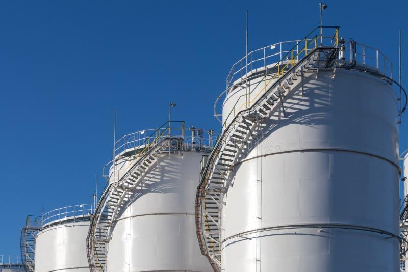 Grote witte Industriële tanks voor benzine en olie royalty-vrije stock foto's