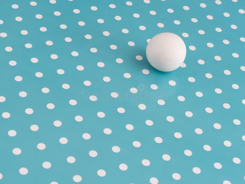 Grote witte marmeren bal onder kleine punten op turkoois Verschillend, uniek of enkel proberend aan te passen, passen Binnen het  stock afbeeldingen