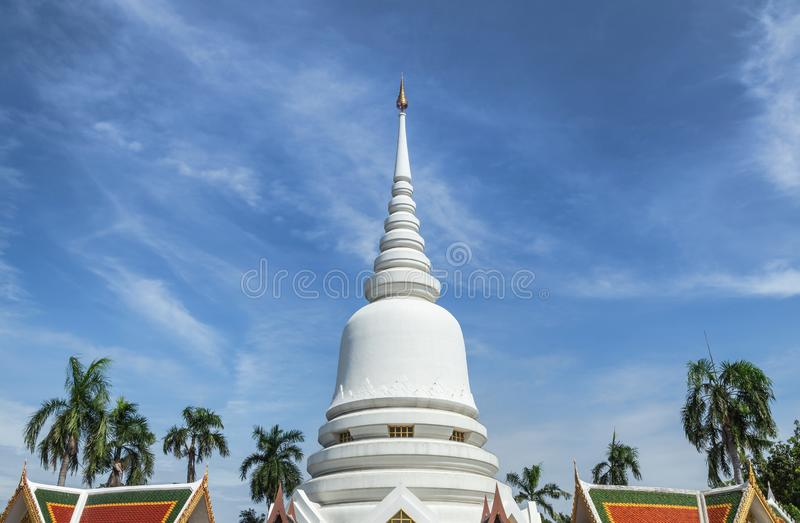 Grote witte stupa op blauwe hemel in de woramahawihan Klap Khen, Bangkok Thailand van Wat Phra Si Mahathat stock fotografie