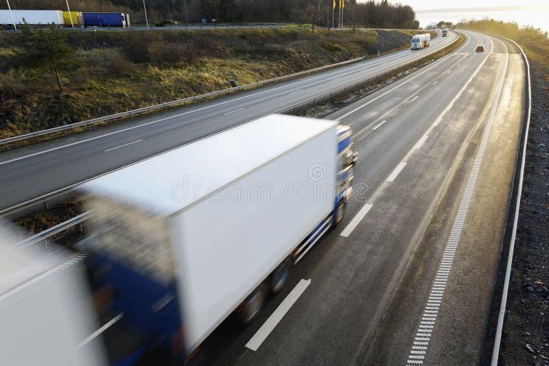 Grote witte vrachtwagen in beweging stock foto's