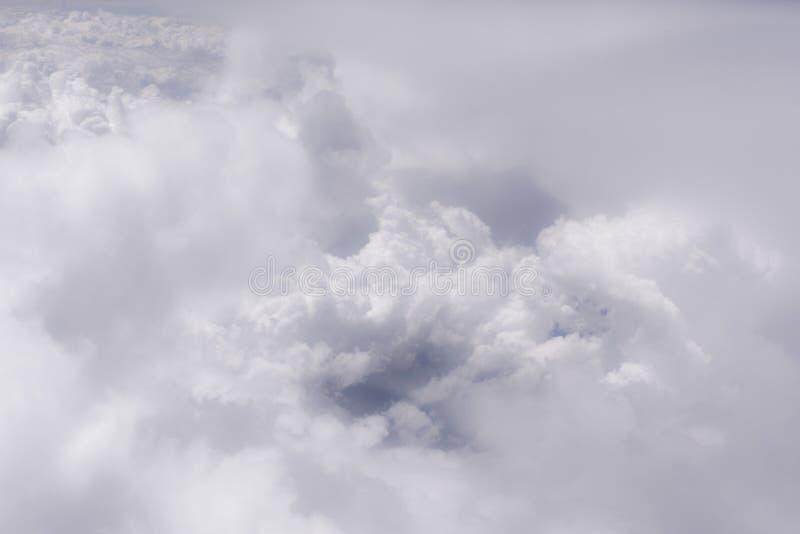 Grote witte wolk op de blauwe hemel stock fotografie