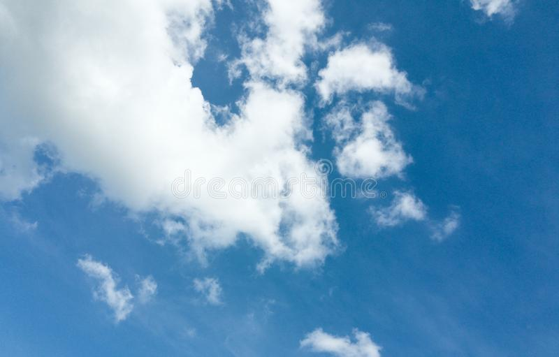 Grote wolk in de blauwe hemel royalty-vrije stock afbeelding