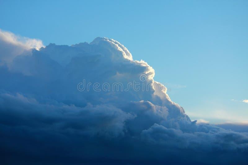 Grote wolken en blauwe hemelachtergrond royalty-vrije stock fotografie