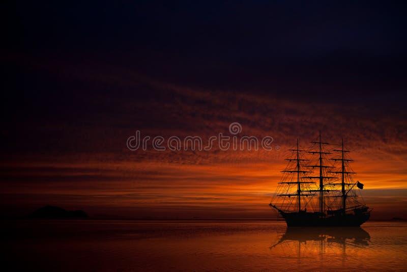 Grote zeilboot op mooie zonsondergang stock foto