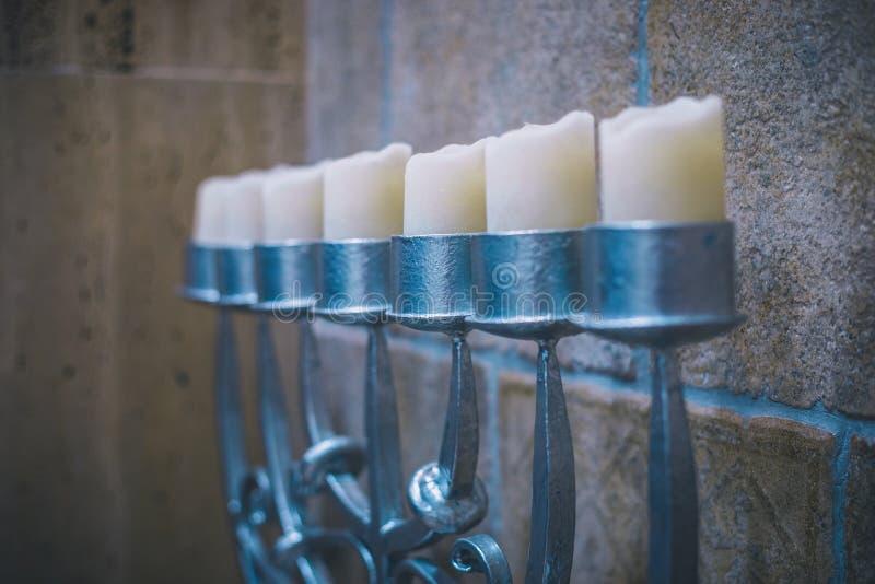 Grote zilveren menorah met de mening van het kaarsenperspectief in synagoge stock afbeeldingen
