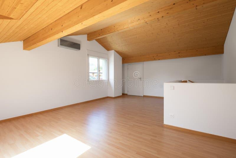 Grote zolder met houten vloeren en blootgestelde stralen stock foto