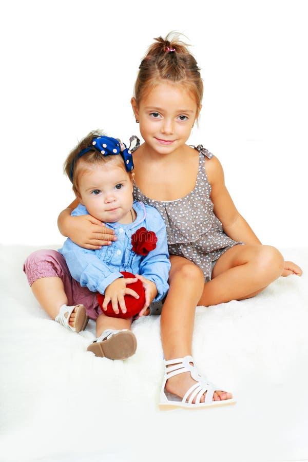 Grote zuster en weinig zuster het koesteren royalty-vrije stock fotografie