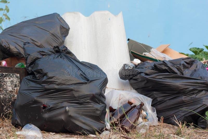 Grote zwarte vuilniszakken stock afbeelding