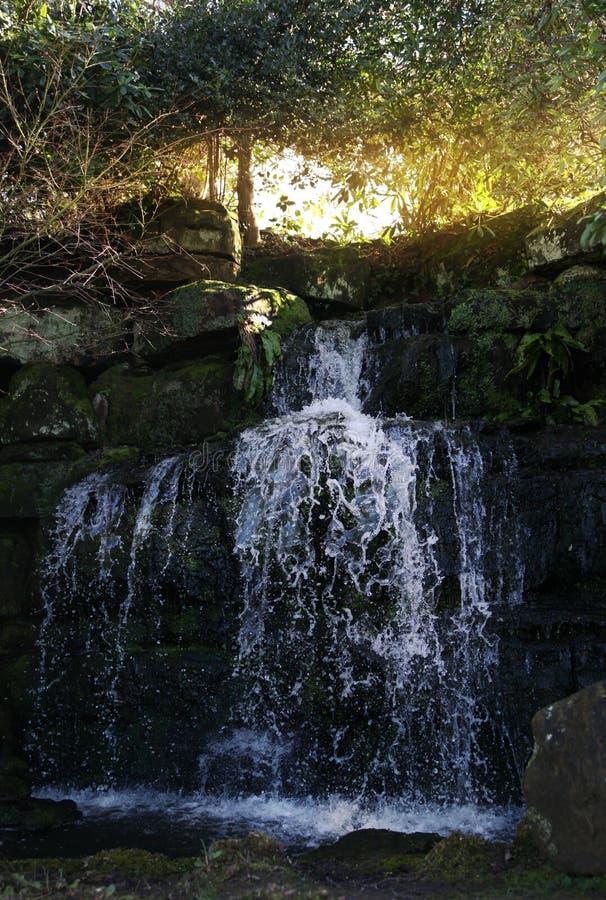Groten och vattenfall i HEVER parkerar. fotografering för bildbyråer