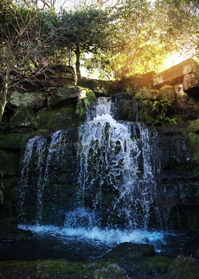Groten och vattenfall i HEVER parkerar. royaltyfri bild