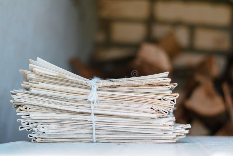 Groter pak kranten op een lijst met een kabel royalty-vrije stock afbeeldingen