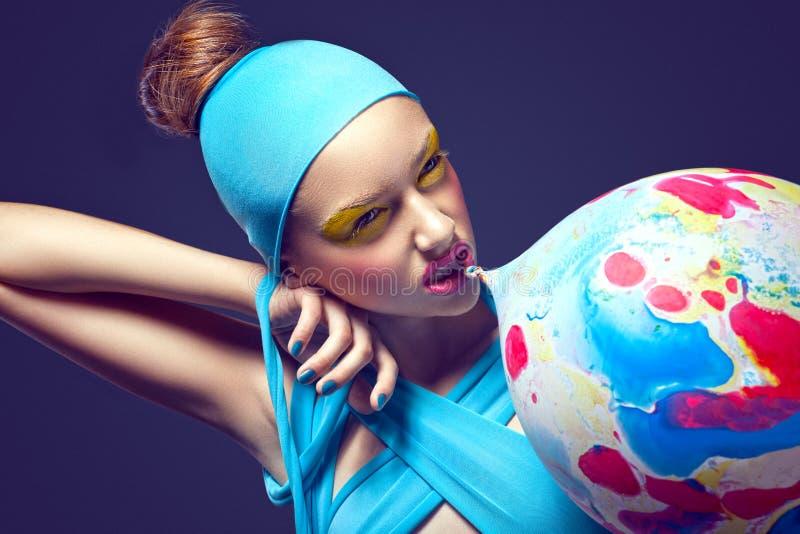 grotesk Excentrisk kvinna med den utsmyckade teatraliska makeup- och luftballongen arkivfoto