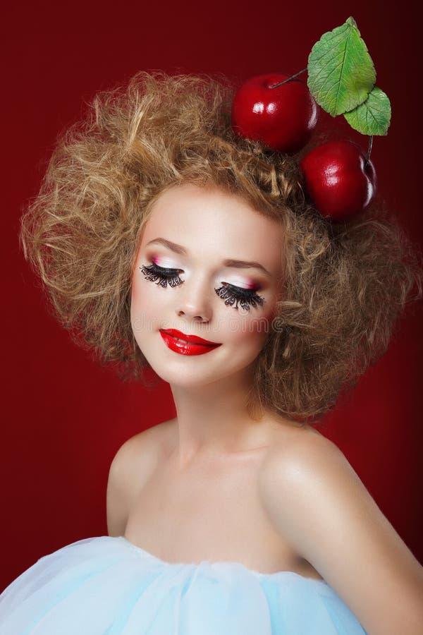 grotesque Mulher cômico com maçãs vermelhas e composição extravagante fotos de stock royalty free