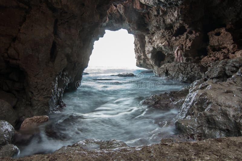Grotta av bågarna i den Moraig stranden, Benitachell Den vita kusten, en spansk medelhavs- kust i Alicante arkivfoton