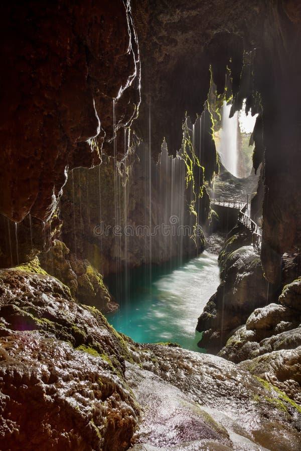 Grotta bak en vattenfall i Monasterio de Piedra royaltyfri fotografi