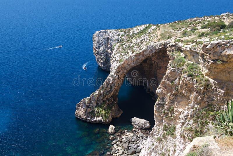 Grotta blu a Malta, Zurieq, destinazione turistica a Malta, vista alla grotta blu il giorno di estate soleggiato calmo piacevole, fotografie stock libere da diritti