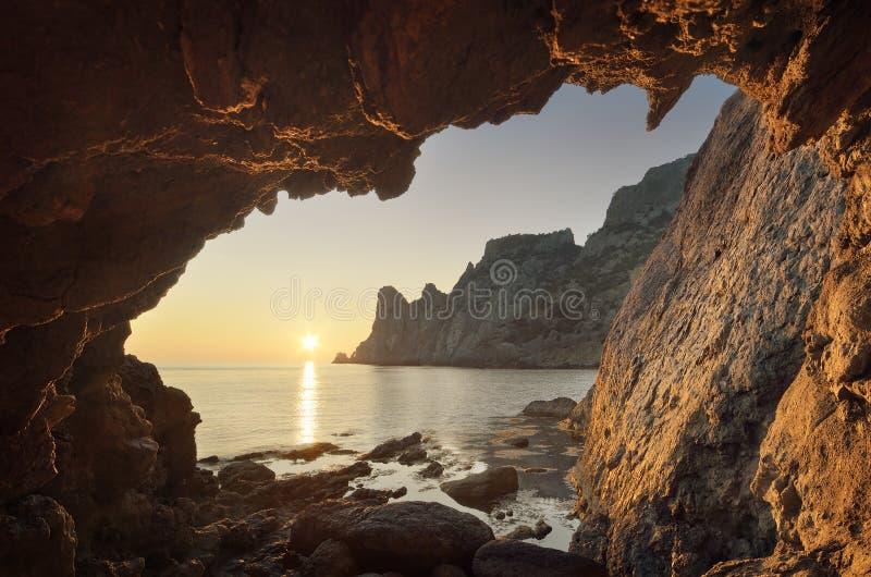 Grotta con la vista del mare fotografia stock