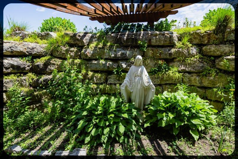 Grotta del santuario Gretna Nebraska della famiglia di Mary Holy del vergine immagini stock libere da diritti