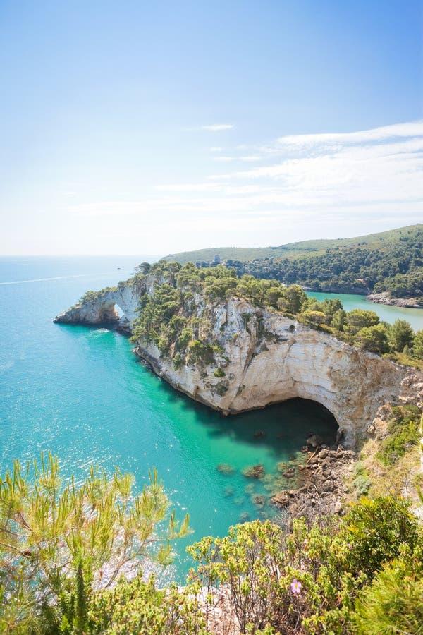 Grotta della Campana Piccola, Apulia - besöka den berömda grotten royaltyfri foto