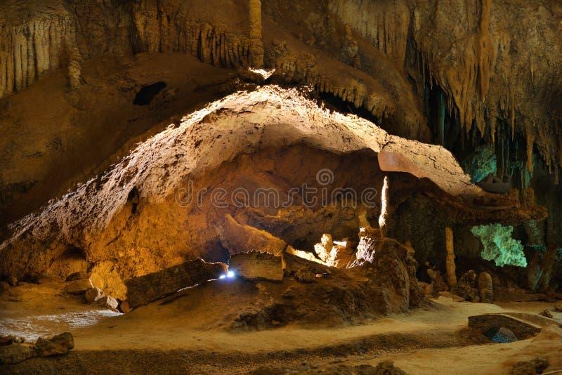 Grotta dentro di bella caverna di buio fotografia stock libera da diritti