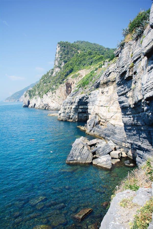 Grotta di signore Baron con acqua e la costa del turchese con la scogliera della roccia, città di Portovenere, mar Ligure, parco fotografie stock libere da diritti