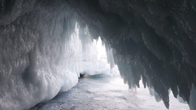 Grotta för isgrotta i vinter Isistappar på ingången till grottan på den Olkhon ön i Sibirien i Ryssland Lopp i frostigt väder fotografering för bildbyråer