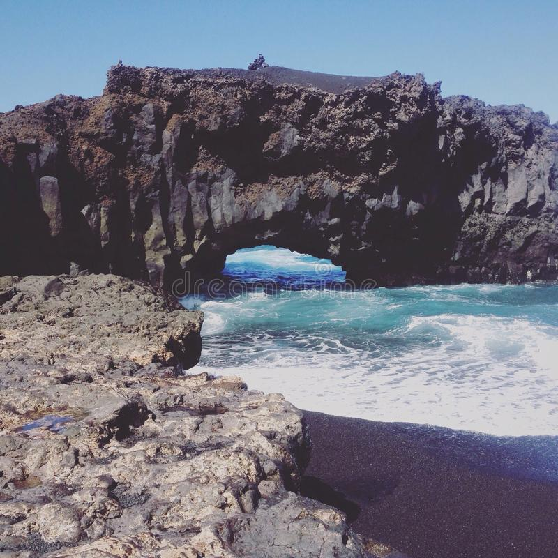 Grotta i havet royaltyfri foto