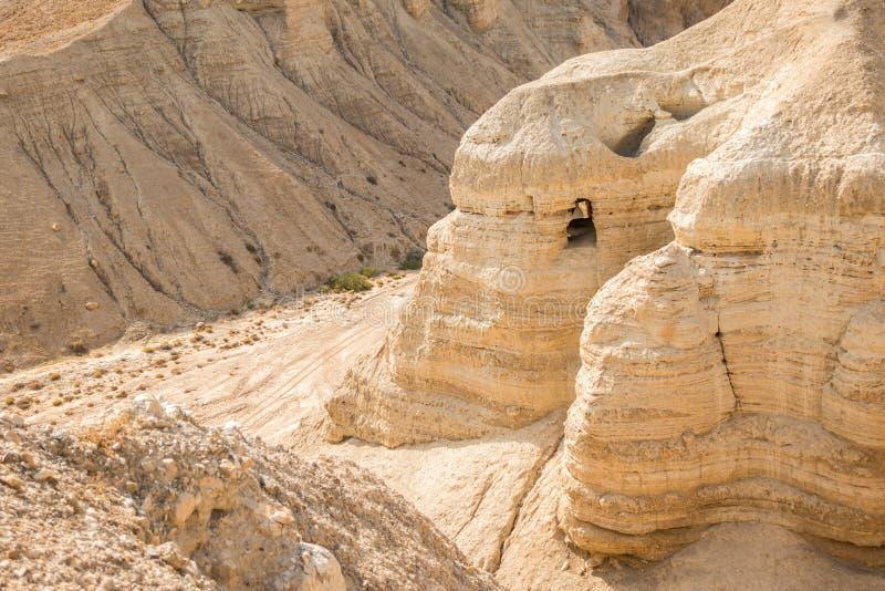 Grotta i Qumran, var snirklarna för det döda havet fanns arkivbild