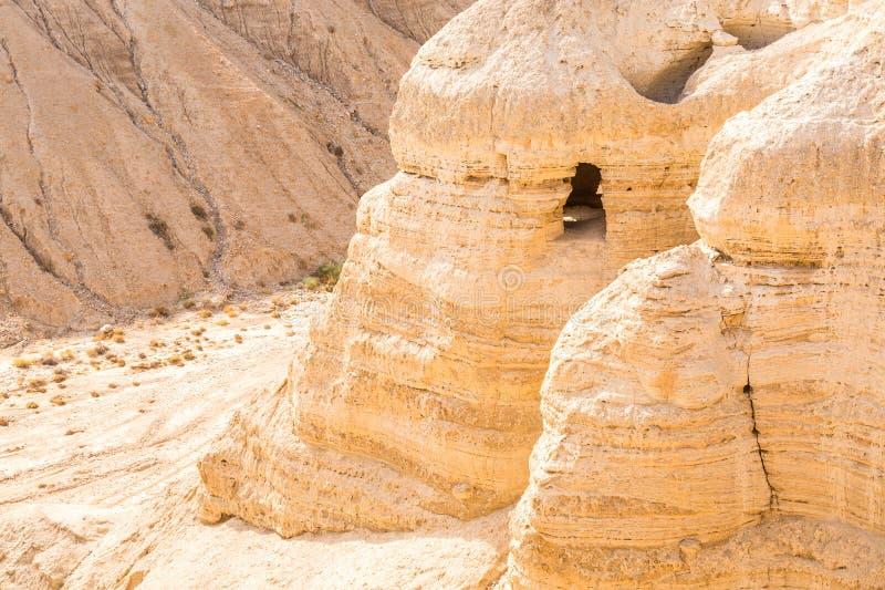 Grotta i Qumran, var snirklarna för det döda havet fanns arkivbilder