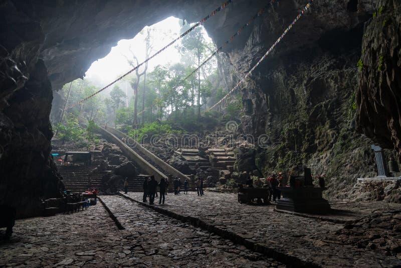 Grotta i Vietnam arkivbild