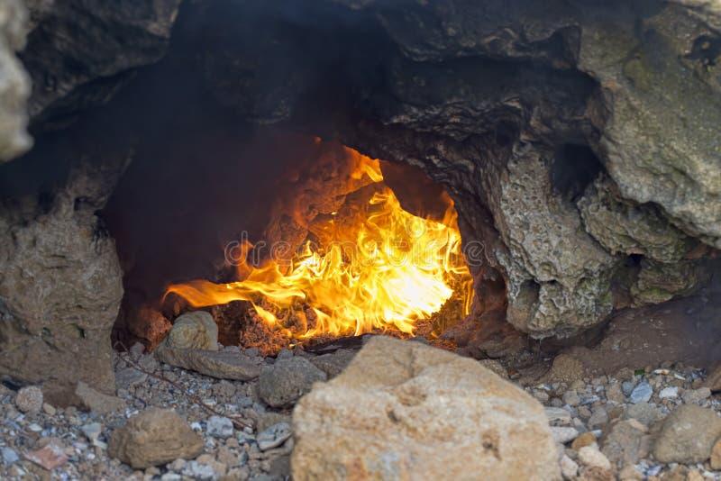 Grotta med brand arkivbild