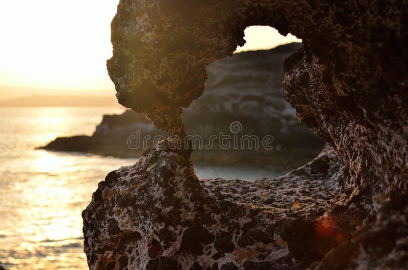 grotta och solnedgång royaltyfri bild
