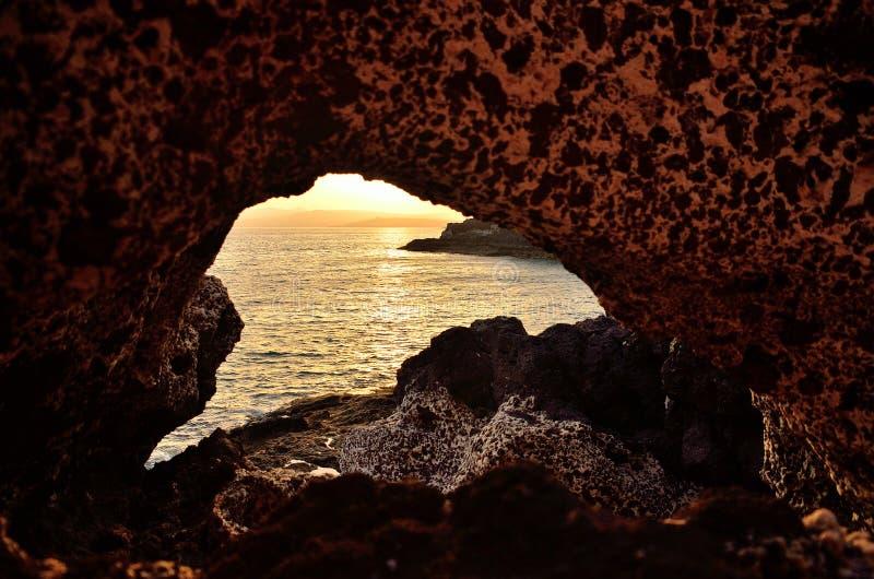 grotta och solnedgång royaltyfria bilder