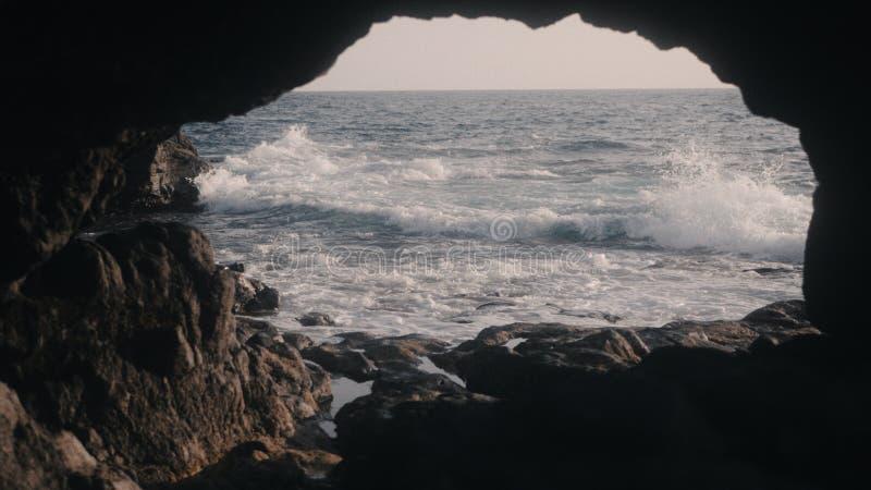 Grotta på havkusten arkivbild